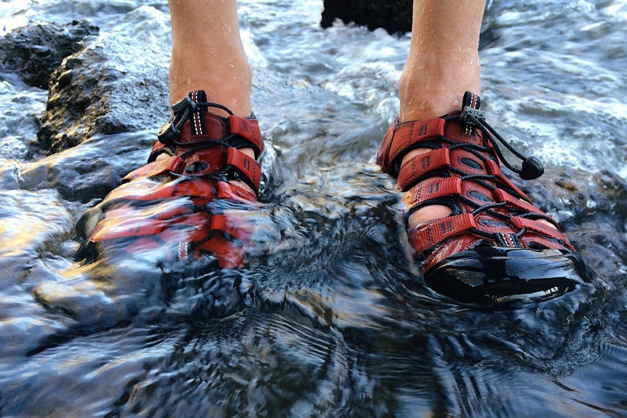 Redred walking sandal soak in the water
